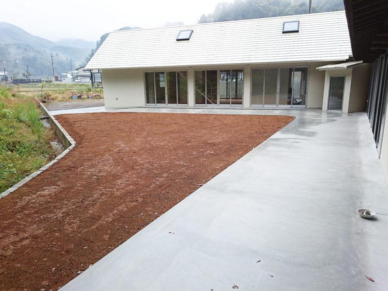 土間コンクリート、土入れ